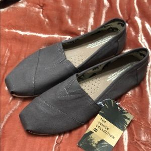 Toms classic solid slip ons